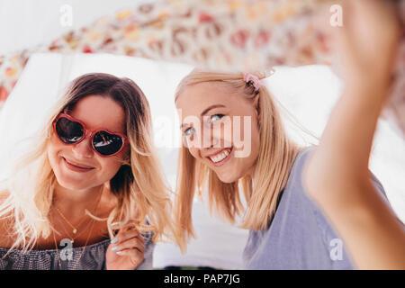 Porträt von zwei glückliche junge Frauen in einem Tipi - Stockfoto