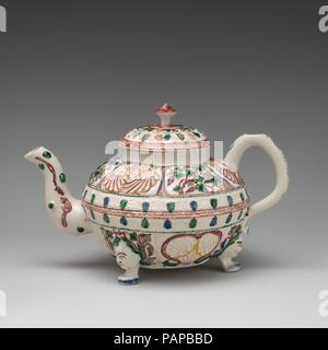 Teekanne. Kultur: British, Staffordshire. Abmessungen: Insgesamt: 4 7/8 x 7 5/8 in. (12,4 × 19,4 cm). Datum: Ca. 1750-55. Museum: Metropolitan Museum of Art, New York, USA. - Stockfoto