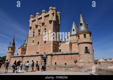 Hauptfassade des Schloss Alcazar in Segovia. Architektur, Reisen, Geschichte. Juni 18, 2018. Segovia Castilla Leon, Spanien. - Stockfoto