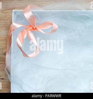Blick von oben auf die Offene leere Geschenkbox, auf hölzernen Tisch. Weiß Geschenkbox mit Schleife. Urlaub präsentieren. Freier Platz für Text. - Stockfoto