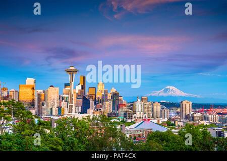 Seattle, Washington, USA Downtown Skyline bei Nacht mit Mt. Rainier. - Stockfoto