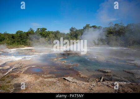 Papua Neu Guinea, Dei Dei heißen Quellen, Fergusson Island. Dampf steigt aus einer heißen Quelle. - Stockfoto