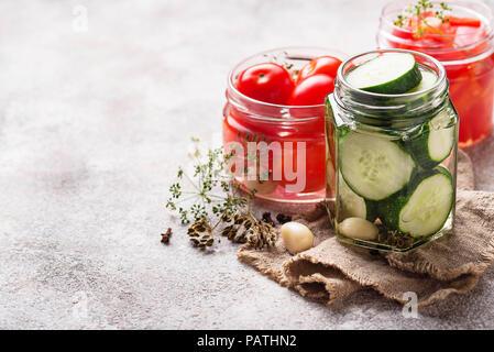Sortiment von eingelegtem Gemüse in Gläsern - Stockfoto