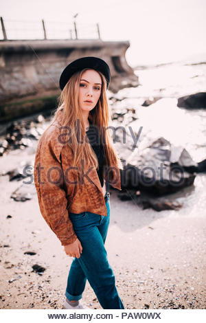Porträt der jungen Frau in legere Kleidung zu Fuß am Strand - Stockfoto