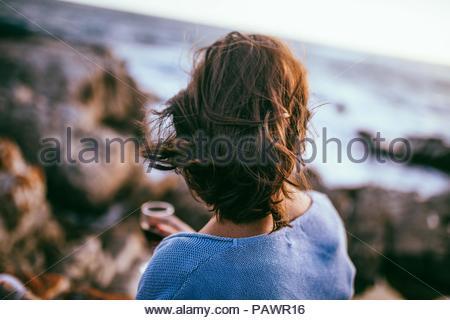 Rückansicht der Frau am Strand - Stockfoto