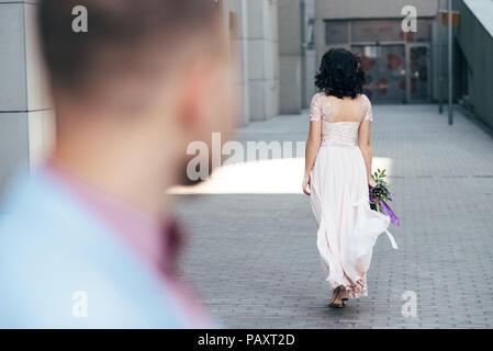 Ein paar Männer und Frauen verbringen die Zeit zusammen, während um die Stadt zu Fuß zu erkunden - Stockfoto