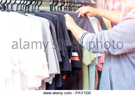 Shopping Konzept, Frau Wahl Kleid einkaufen. - Stockfoto