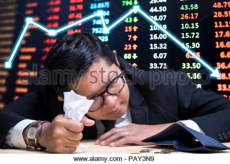 Konkurs, Geschäftsmann Verzweiflung leere Mappe auf dem Schreibtisch sehen - Stockfoto