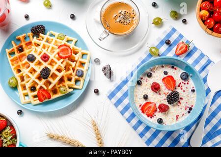 Foto von Wiener Waffeln, Haferflocken, Kaffee, Himbeeren, Erdbeeren, Stachelbeeren - Stockfoto