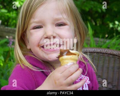 Ein kleines Mädchen (3 Jahre alt) ein Eis essen - Stockfoto