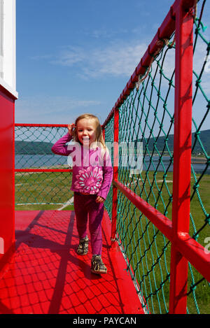 Ein junges Mädchen (3 Jahre alt) zu Fuß rund um den oberen Teil der Leuchtturm bei Carleton, Gaspesie, Quebec - Stockfoto