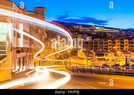 Schöne Nacht Szene mit Bus und Auto auf der Straße in Puerto de Santiago, Teneriffa - Spanien trace - Stockfoto