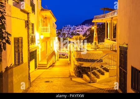Die traditionelle Architektur von romantischen Lampen in Puerto de Santiago, Teneriffa, Spanien beleuchtet - Stockfoto
