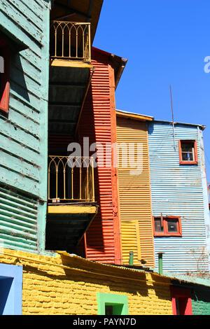 Farbenfrohe Gebäude entlang der Straße von El Caminito La Boca in Buenos Aires, Argentinien in Südamerika. - Stockfoto