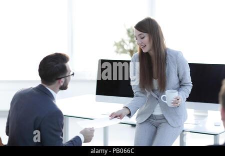 Mitarbeiter gibt dem Manager das Dokument. - Stockfoto