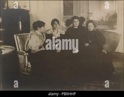 """Paule Gobillard Gobillard, Jeannie, Julie Manet, und Geneviève Mallarmé. Künstler: Edgar Degas (Französisch, Paris 1834-1917 Paris). Abmessungen: 28,4 x 38,9 cm (11 1/4 x 15 5/16 in.). Datum: 1895. Nachdem die meisten seiner Gemälde und Experimentieren mit Pastell- und Monotype, Degas kurz wandte sich Ende 1895 der Fotografie zu. """"Mit Begeisterung"""", trug er seine Freunde als Modelle und ihre Wohnräume, seine nach dem Abendessen Fotostudio angeeignet. Sowohl die Tätigkeit selbst und die daraus resultierenden Bilder Degas zu seinem Kreis von engen Freunden gebunden und brachte Komfort am Abend - Stockfoto"""