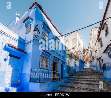 Treppen durch enge Gasse, blaue Häuser, Medina von Meknes, Chaouen, Córdoba, Marokko - Stockfoto