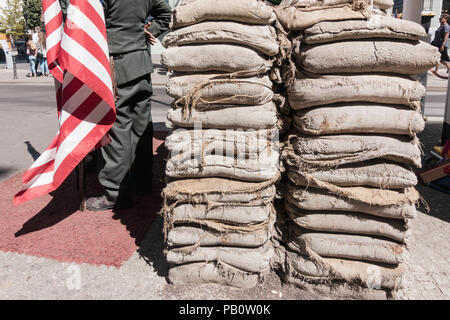 Checkpoint Charlie, amerikanische Seite der Berliner Mauer Grenzübergang zwischen Ost und West während des Kalten Krieges. - Stockfoto