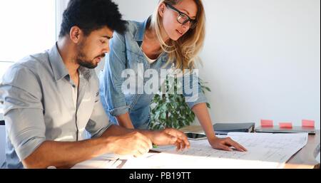 Mitarbeiter am Projekt arbeiten zusammen im Büro - Stockfoto