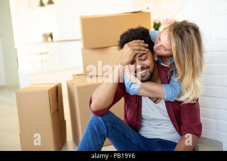 Müde Paar mit Boxen in neuen Umzug - Stockfoto