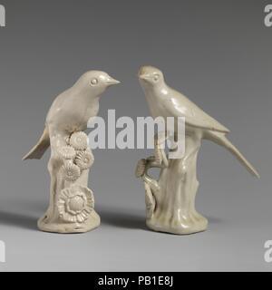 Paar Vögel. Kultur: British, Staffordshire. Abmessungen: Höhe (15): 4 3/4 in. (12,1 cm); Höhe (16): 4 5/8 in. (11,7 cm). Datum: Ca. 1750-55. Museum: Metropolitan Museum of Art, New York, USA. - Stockfoto