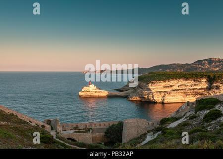 """Am frühen Morgen Sonnenlicht auf der """"Phare de la Madonetta 'Leuchtturm bei der Einfahrt in den Hafen von Bonifacio auf Korsika - Stockfoto"""