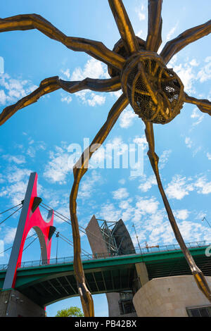 Spanien moderne Stadt, mit Blick auf die Unterseite der Louise Bourgeois, die riesige bronzene Spinne (Maman) neben dem Guggenheim Museum in Bilbao, Spanien. - Stockfoto