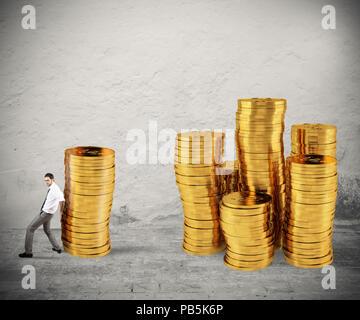 Unternehmer bewegt sich ein Haufen von Münzen zu einer Gruppe von Geld. Konzept der Schwierigkeit, Geld zu sparen - Stockfoto