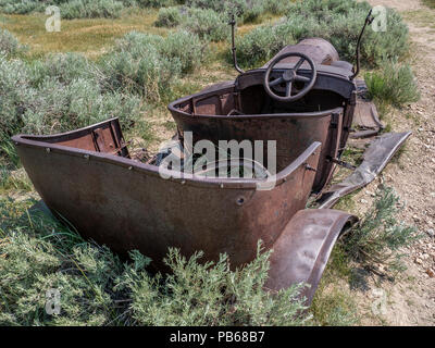 Verrostete Model-T (?), Bodie Ghost Town, Bodie State Historic Park, Kalifornien. - Stockfoto