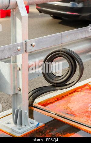 Detail einer Metall Straße Zaun mit einem Gummi Dachrinne während der Reparatur - Stockfoto