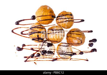 Süße Krapfen mit Schokolade Topping auf weißen Hintergrund. - Stockfoto