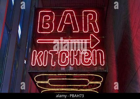 Rot Neon Schild Bar Küche mit einem Pfeil nach rechts - Stockfoto