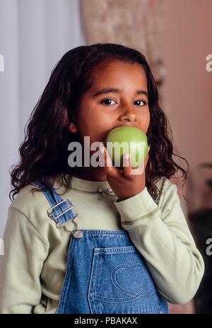 Junge Mädchen essen Apple HERR © Myrleen Pearson.... Ferguson Cate - Stockfoto