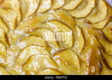 Apfelkuchen Tarte, Inhaltsstoffe - Äpfel auf weißem Hintergrund - Ansicht von oben - Stockfoto