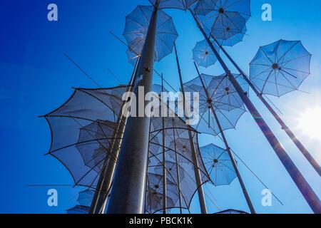 Die Skulptur Sonnenschirme von George Zongolopoulos am Neuen Strand in Thessaloniki befinden. Mazedonien, Griechenland, Europa - Stockfoto