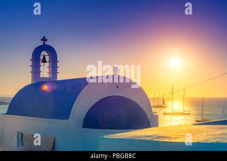 Mykonos Sonnenuntergang mit Boote am Abend, die Kykladen, Griechenland - Stockfoto