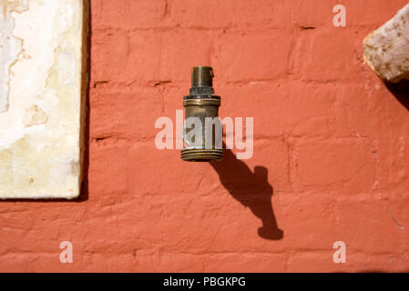 Tippen Sie auf ein altes messing einer Außenwand des historischen Bathurst Bahnhof in NSW, Australien befestigt - Stockfoto
