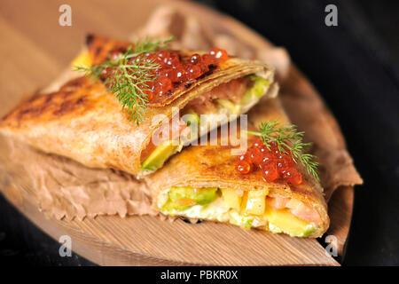 Rolle von Brot mit Fisch und Kaviar, köstliche Meeresfrüchte. Asiatische Küche. Platz kopieren - Stockfoto