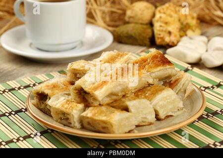 Frisch gebackene Türkische borek Gebäck Brötchen - Stockfoto