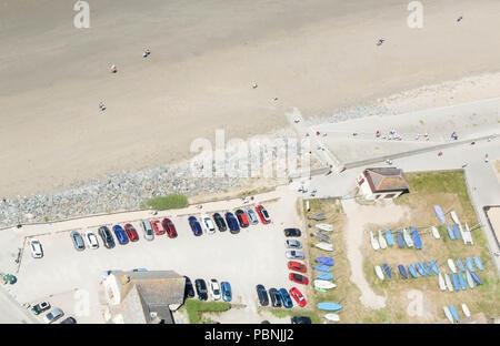 Auto geparkt und kleine Boote am Strand in Cornwall gespeichert. Birds Eye View. - Stockfoto