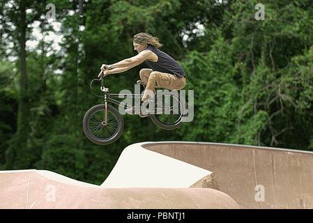 Mittelalter nach der Durchführung bike Tricks auf BMX Fahrrad und Skateboard Park - Stockfoto