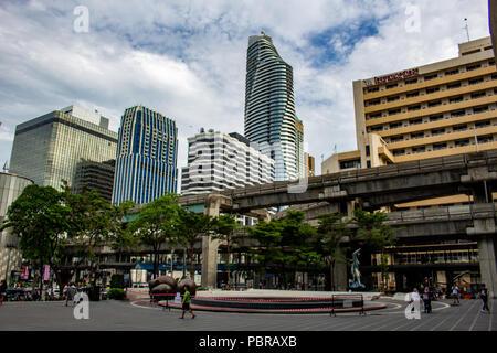Bangkok, Thailand - 1. Mai 2018: die Skyline von Bangkok aus einem quadratischen im Siam Bezirk gesehen - Stockfoto