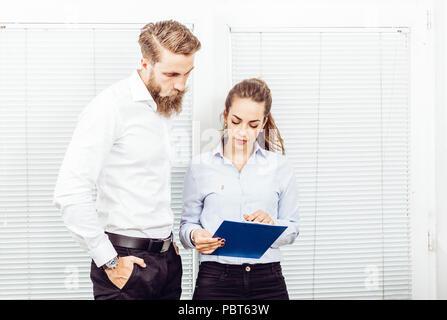 Team job Erfolg. Foto junge Führungskräfte arbeiten mit neuen startup Projekt im Büro. Dokument analysieren, Pläne. Papiere, Papiere, Dokumente - Stockfoto