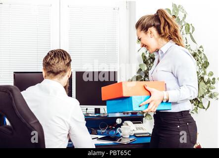 Team job Erfolg. Foto junge Führungskräfte arbeiten mit neuen startup Projekt im Büro. Dokument analysieren, Pläne. Papierkram auf Holztisch, Papiere, - Stockfoto