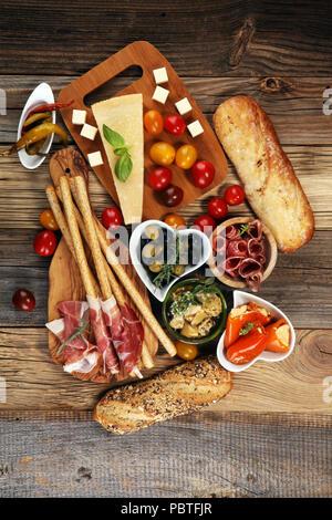 italienische antipasti wein snacks satz brushettas k se vielfalt mediterranen oliven. Black Bedroom Furniture Sets. Home Design Ideas