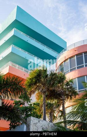 Miami Beach Florida Ocean Drive Eigentumswohnanlage Wohnungen Hochhaus Mehrfamilienhaus Balkon Design Palmen - Stockfoto