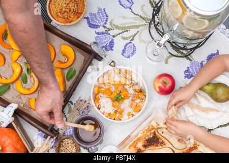 Sweet, baked Kürbis und Kuchen mit Birne. Herbst Abendessen für die ganze Familie. Kinder die Hände und Männer in den Rahmen. Platz kopieren - Stockfoto