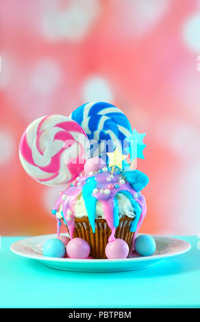 Rosa und Blaue Design bunt Neuheit Cupcake mit Süßigkeiten und grosse herzförmige Lollis für Kinder und jugendlich Geburtstag, Valentinstag oder M - Stockfoto
