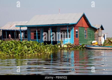 Schwimmende Dorf auf Sangker River, Provinz Battambang Kambodscha, traditionelles Haus mit Boot - Stockfoto