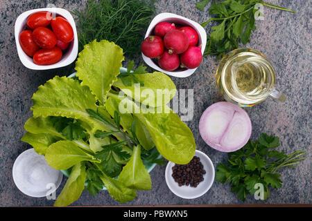 Ansicht von oben auf die frischen Blätter und Gemüse für den Sommer Salat. Das Konzept einer gesunden Ernährung - Stockfoto